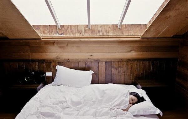 frau im bett am schlafen
