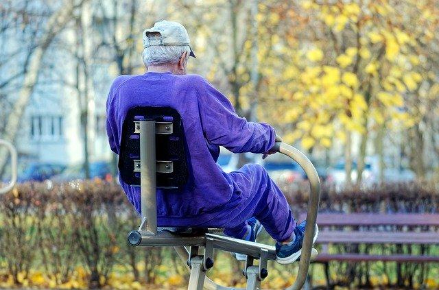 alter mann macht sport im park
