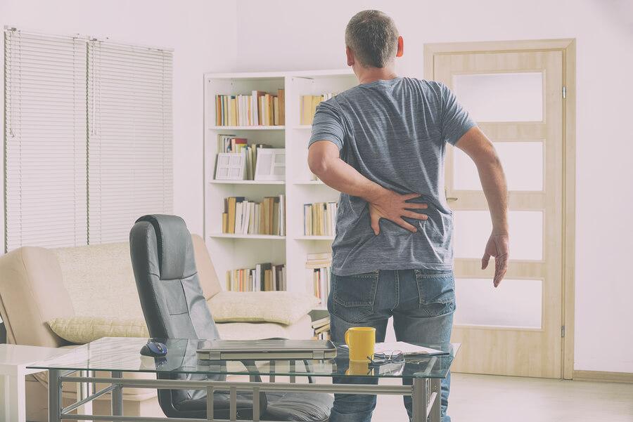rueckenschmerzen mann mit stuhl