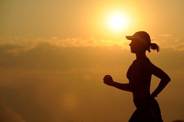 frau beim laufen im sonnenuntergang