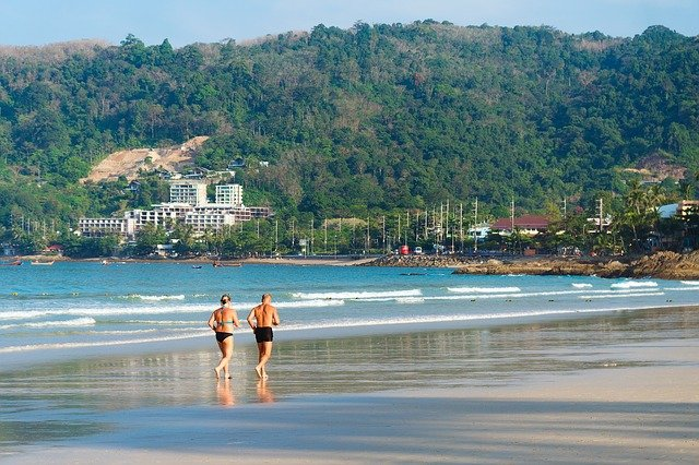 paar am strand am joggen