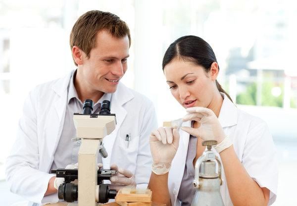 wissenschaftler vor mikroskop