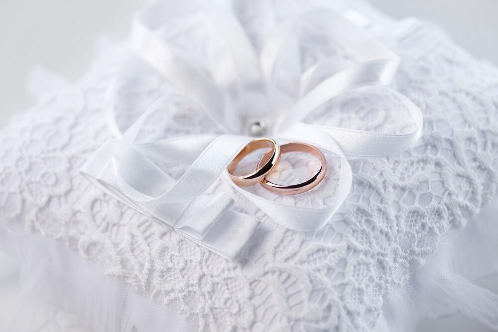 Eheringe in rosegold gefallen nicht nur Frauen, sondern finden auch bei Männern immer mehr Anklang