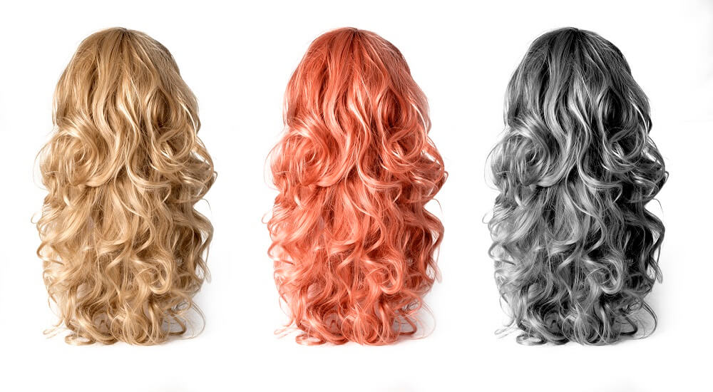 Perücken von langen Haaren gibt es in verschiedenen Farbtönen und sehen täuschend echt aus