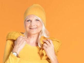 modebewusste frau in gelb